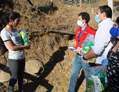 Gobernador de Cachapoal y Director de SERVIU entregaron kits de higiene a familias del campamento Los Peumos de Machalí